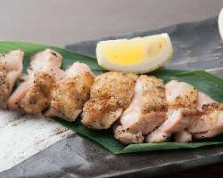 伊勢赤鶏や三重豚等、この地ならではの食材を備長炭で炙り焼き!