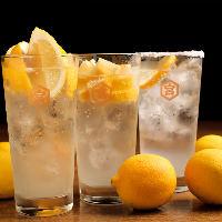 人気メニューレモンサワーはふんだんに果実を使い飲み応え抜群!