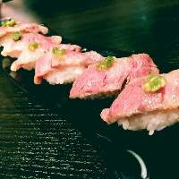 炙り黒毛和牛のにぎりは1貫350円。話題の肉寿司をお気軽にどうぞ