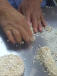 二度ふるいにかけた生パン粉を満遍なく丁寧に。