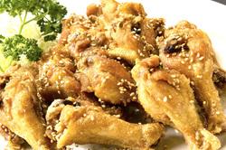 手羽元唐揚げ 手羽先よりお肉多めの食べ応え十分な一品。