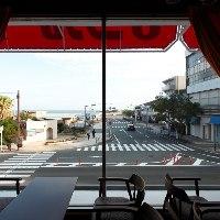 【テーブル席】 空と海に加え季節ごとに変わる景色をご堪能