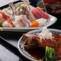 1番人気の金目鯛の煮付に刺身が付いたセット