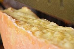 専用オーブンでとろけるラクレットチーズ