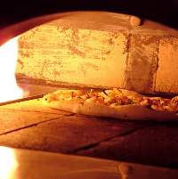 ナポリピザは、500度に熱したピザ窯で焼かれます。