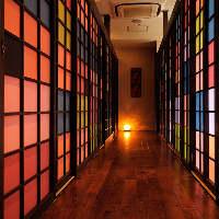 お部屋は色とりどりの襖でしきる事ができます。
