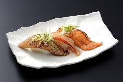 寿司メニューには、かにが一匹入ったかに汁付きメニューも!