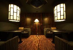 内装は細部までこだわった上質な空間。当店自慢の焼肉をどうぞ。