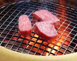 上質な和牛肉を炭火で炙る。待ち時間も堪らないひとときに。