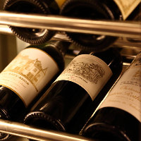 フランスを中心に世界中のワインが常時100本以上眠るセラー完備