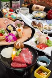 料理は、季節を味わえる。 メインは和牛、鮮魚などからご選択可