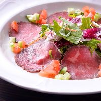 【ローストビーフ】 たっぷりの新鮮野菜と一緒に召し上がれ