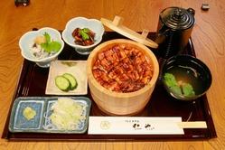 鰻は浜松産に拘り、焼き方は愛知では希少の関東風。