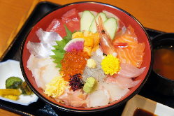 魚介が所狭しと盛付られた 豪快な海鮮丼です。