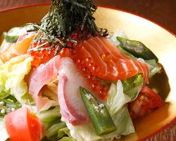毎朝市場で仕入れる鮮魚と国産野菜がタップリ!台所奉行サラダ。