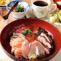 満足感が高くお得なランチメニュー!海鮮丼には鮮魚がたっぷり