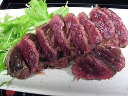 生でも食べられる馬刺しのステーキ。わさび塩・柚子こしょうで。
