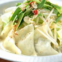 自家製餃子を使用した鍋は 丸一日かけて仕込む秘伝のスープ。