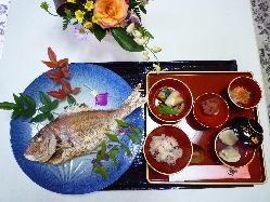 お食い初め膳!1㎏位の鯛姿焼きが付いて、税込3800円です。