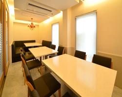 『10~15名様テーブル個室』 白を貴重にしたお洒落な個室