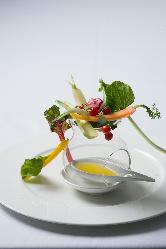 シェフが丁寧に作る、色鮮やかで視覚でも楽しめる料理の品々。