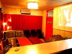 2階にはカラオケ・プロジェクター完備の個室あり!