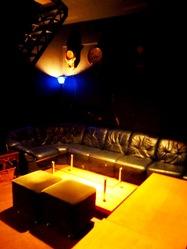 地下にはソファー席ありの雰囲気抜群の個室も♪