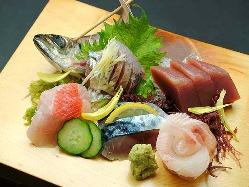 様々な魚介類がふんだんに使った贅沢な刺身の盛合せ!