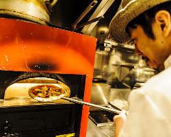 石釜で焼く本格ピザはイタリアの最高級生地を使用し、もっちり♪