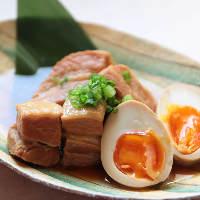 豚の角煮など、お酒に合い心がほっと和む煮込み料理もご用意