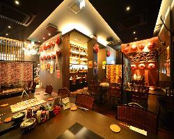 沖縄ムード満点の1階フロア。最大50名様までのご宴会が可能です