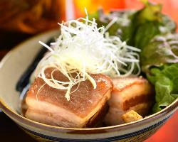 沖縄料理では定番の人気メニュー、豚バラ肉の角煮【ラフテー】!