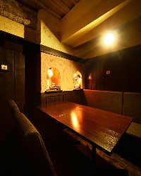 木のぬくもりを感じる各種テーブル席!個室完備!