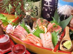 豪華舟盛り!新鮮な地鶏と海鮮をご一緒に♪