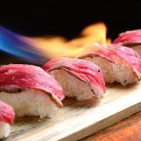 当店自慢の肉寿司は国産黒和牛を使用。