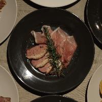 生ハムや鴨肉パストラミなどのお酒のつまみになる燻製物も豊富