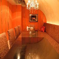 シャンデリアやベルベットのソファーが格別な雰囲気のVIP個室
