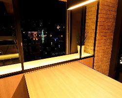 ナチュラルモダンテイストの店内。窓からは夜景を眺められます
