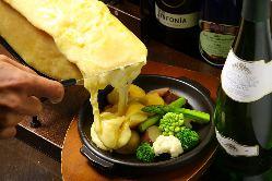 ハイジのチーズでおなじみラクレット。あつあつを是非どうぞ