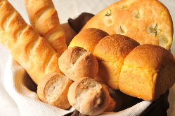 自家製パンは毎日粉から作っています。焼き立ての香ばしさは格別!