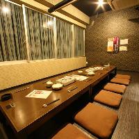 大きな窓と高い天井で開放的な寛ぎ空間。個室も多数完備