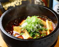 石焼鍋でお出しする亜アツアツの石焼き麻婆豆腐はたまらない辛さ