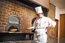 富士山の溶岩石を使用した石窯で焼き上げるお料理は絶品♪
