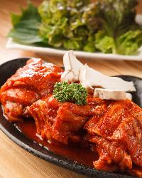 プン韓デジカルビはコチュジャンベースの特製味噌にじっくり漬け込みます