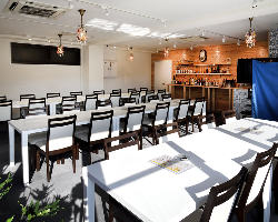 開放的で洗練された空間は立食60名様までのパーティが可能!
