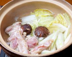 人気の地鶏鍋は鶏ガラベースか坦々ベースの三河鶏鍋をご用意!