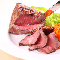自慢の肉料理はチキンやローストビーフなど種類豊富にご用意♪
