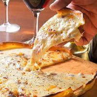 生地から手作りのローマ風サクサクピザ。ワインとの相性も抜群!