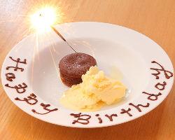記念日・誕生日特典でメッセージ付デザートプレートをプレゼント