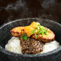 誰もが知る高級食材を贅沢に!フォアグラとウニの石焼きビビンバ